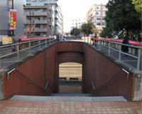 大通りに出る階段を下ります。