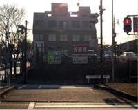 左手に駐車場が見える横断歩道を渡ります