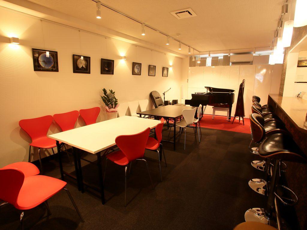 横浜市金沢区の能見台駅すぐのスペース。おしゃれなカフェ・ピアノラウンジとしても使われているスペースです。